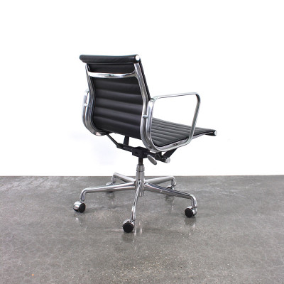 Side and rear view of a newer edition 5-star Universal Base Alu Group Side Chair