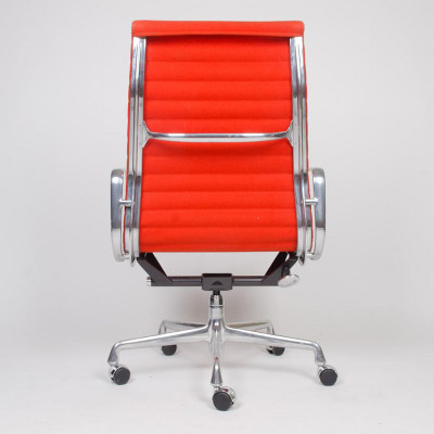Rear of a later model 5-star Universal Base Alu Group High Bach chair