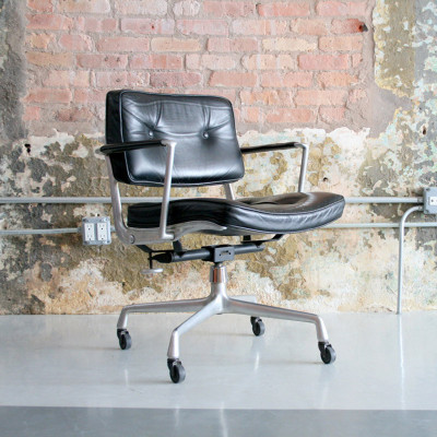 ES103 Full Tilt Intermediate Chair in classic Black Leather and with castor base