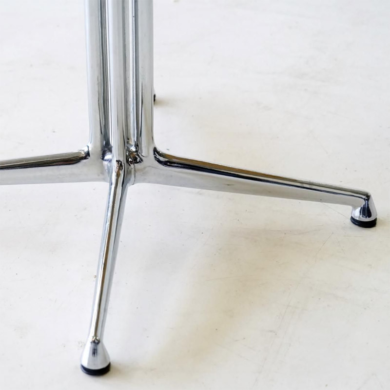 The distinctive La Fonda base in polished Aluminum with its mirrored double columns, thin legs and nylon feet