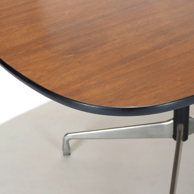 The table tops, like that of the Contract and Universal type, used a vinyl edging to ward off bumps and chips